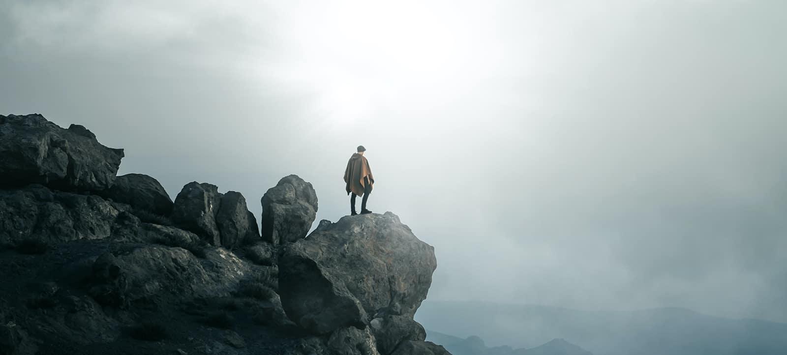 Staand op een klif